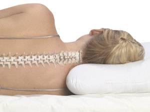Правильное положение позвоночника: сон с подушкой