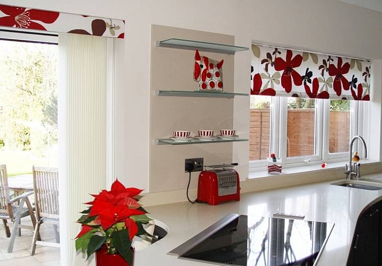 Фото: применение штор на кухне