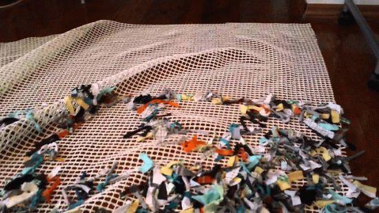Как связать своими руками коврик из старых вещей